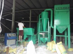 供应全自动环保PVC踢脚线专用磨粉机