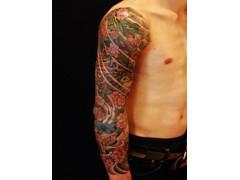 专业的乌鲁木齐天刺良肌纹身刺青当选天刺良肌彩绘工作室——图腾过肩龙纹身